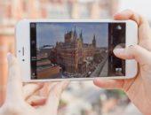 Девушка фотографирует на iPhone