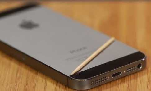 Чистка динамиков и Lightning на iPhone