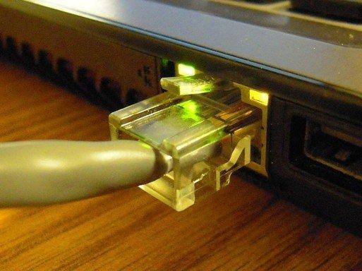 Подсоединённый к Ethernet-порту кабель