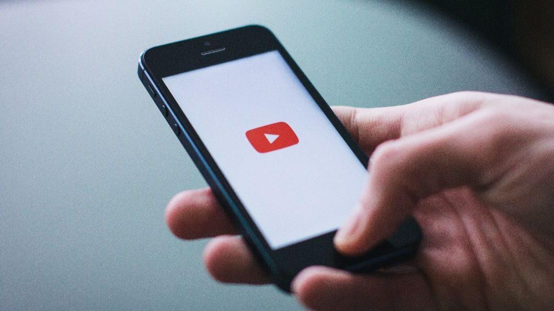 Приложение YouTube на смартфоне