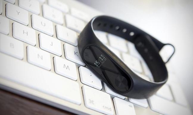 Фитнес-браслет Xiaomi-Mi-Band черного цвета на белой клавиатуре