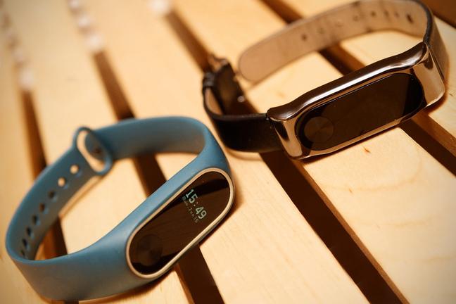 Фитнес-трекеты Xiaomi-Mi-Band синего и черного цветов