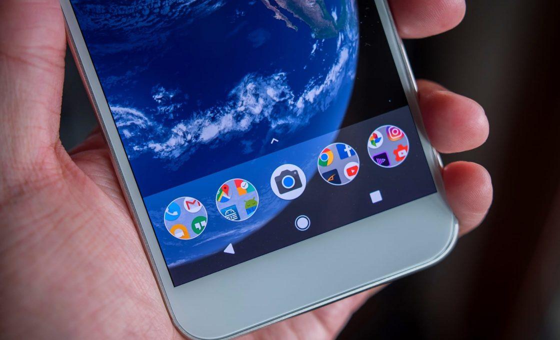 Смартфон Android в руке