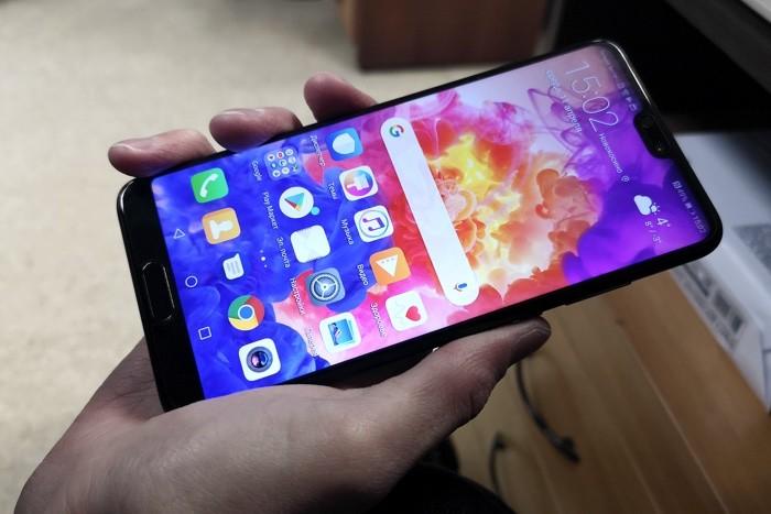 Смартфон Huawei P20 в руке