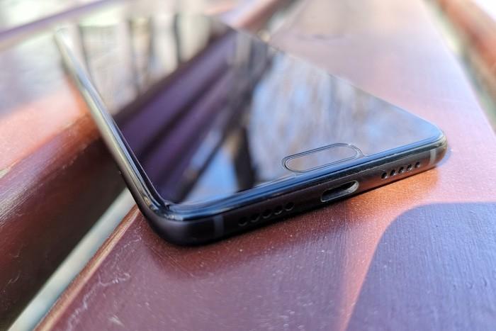 Нижняя панель смартфона Huawei P20 c разъемами