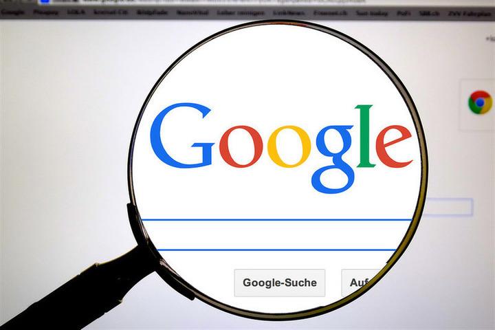 Поисковая система Google и лупа
