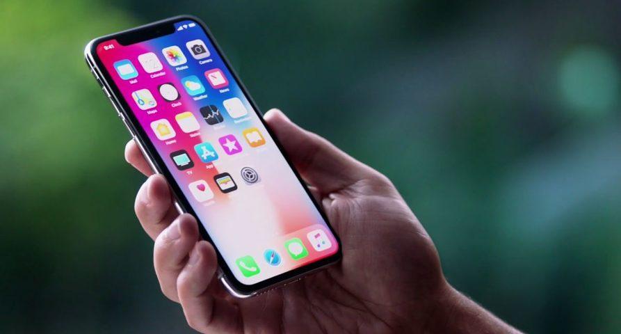 Смартфон Apple iPhone в руке