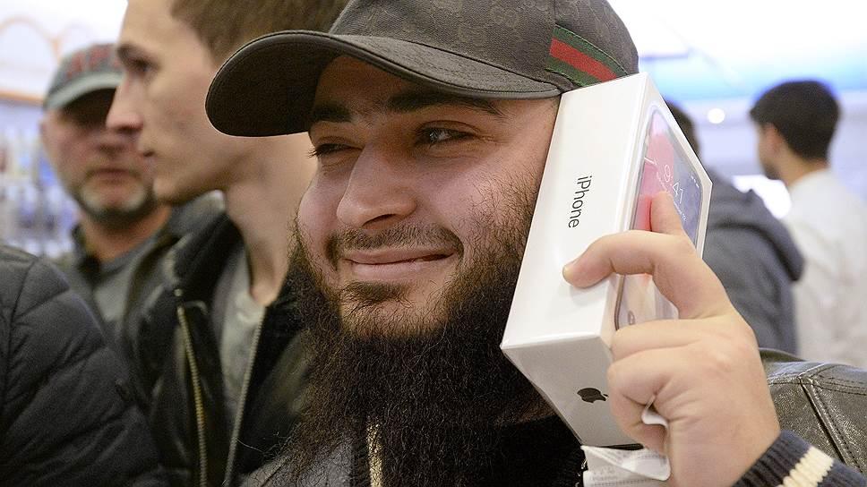 Мужчина держит iPhone в коробке