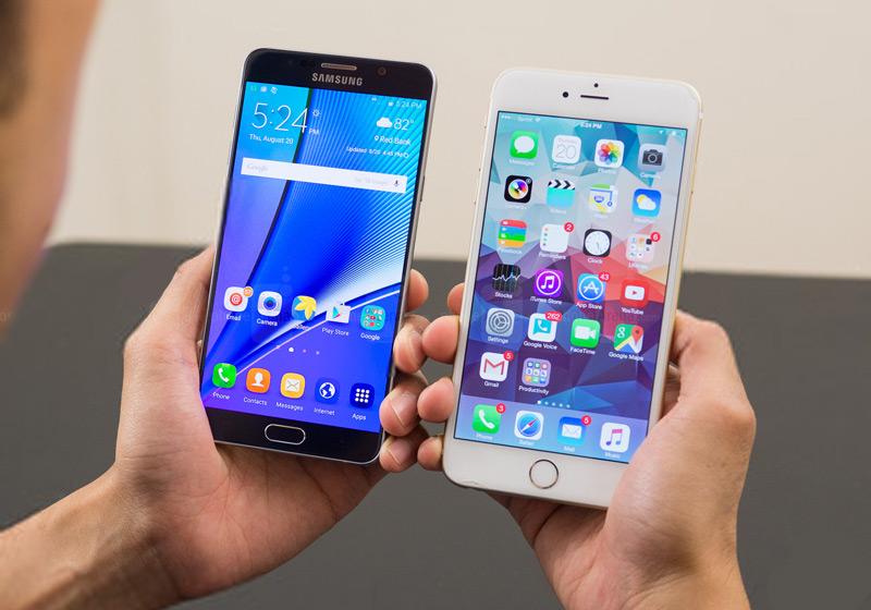 Смартфоны iPhone и Samsung в руках