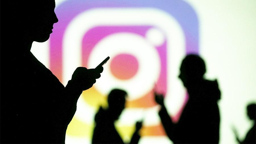 Силуэты людей и логотип Инстаграм