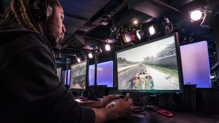 Стример играет в компьютерную игру
