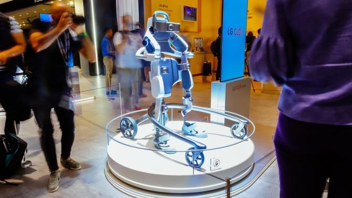 Робот LG CLOi SuitBot