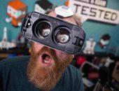 Мужчина в очках виртуальной реальности