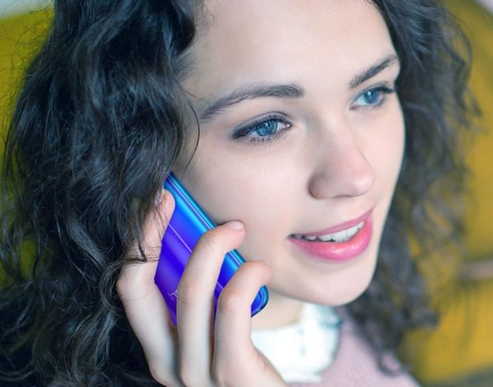 Девушка держит в руке смартфон