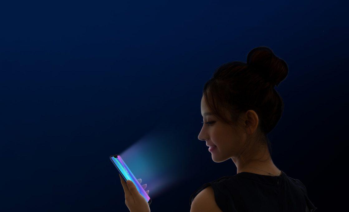 Девушка в темноте с телефоном