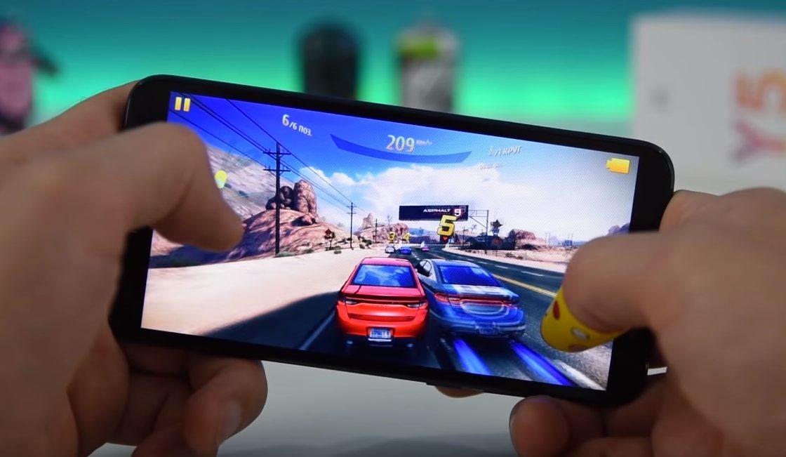 Huawei Y5 в руках геймера