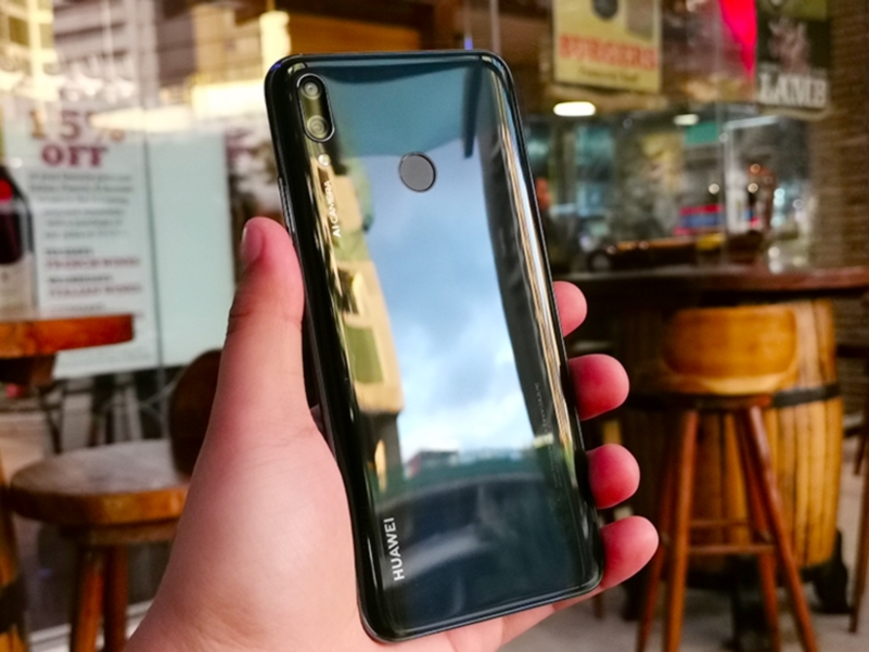 Элементы на задней части Huawei Y9