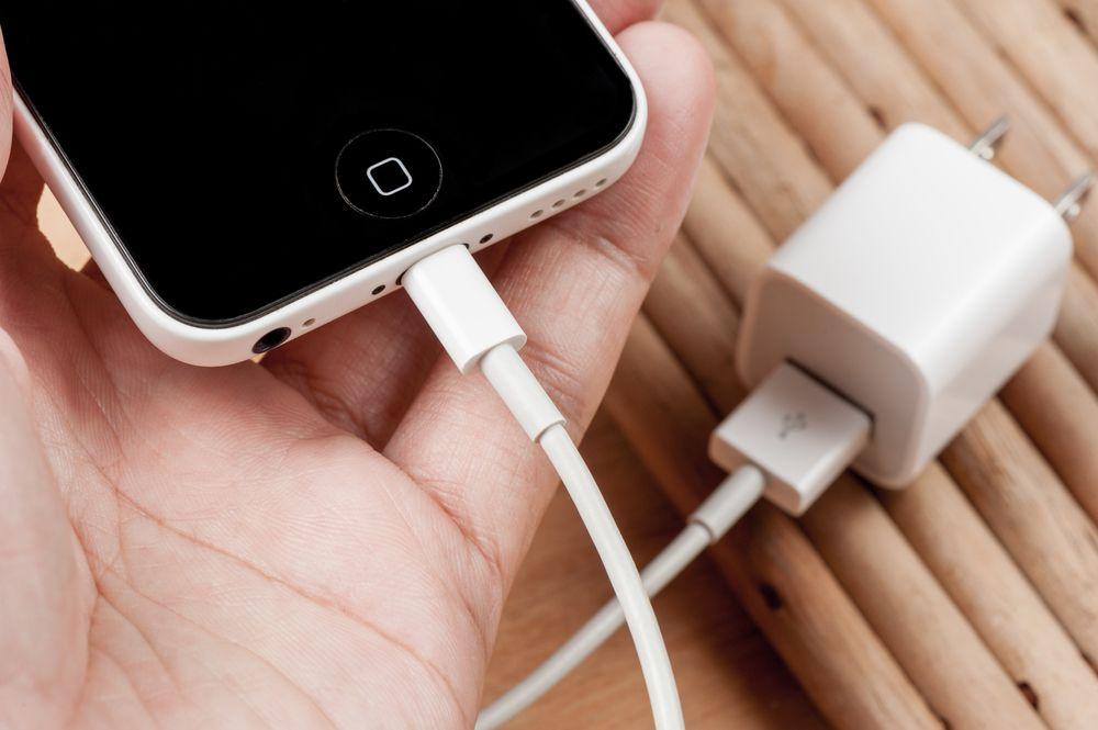 Смартфон и зарядное устройство