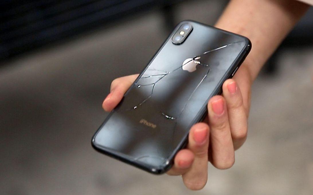 Разбитый мобильный телефон в руке