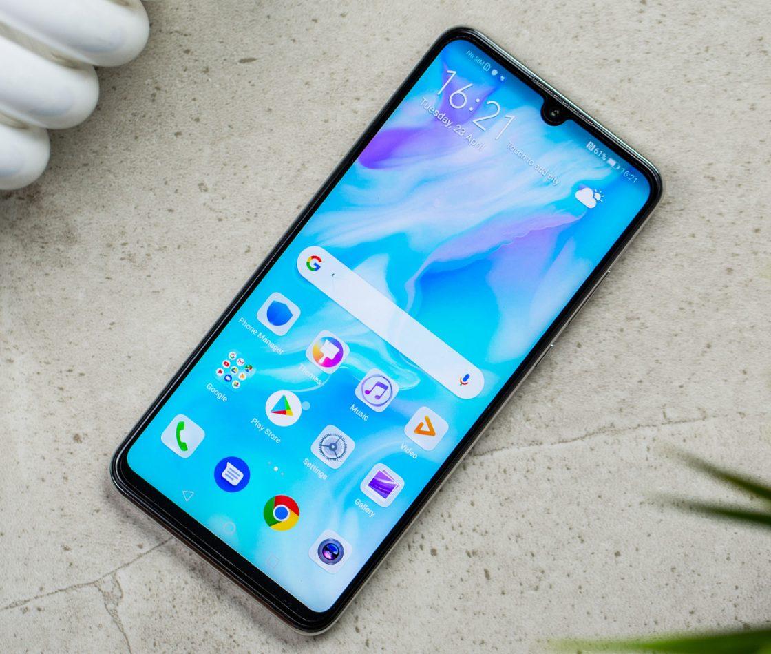 Смартфон Huawei P30 Lite лежит на каменной поверхности