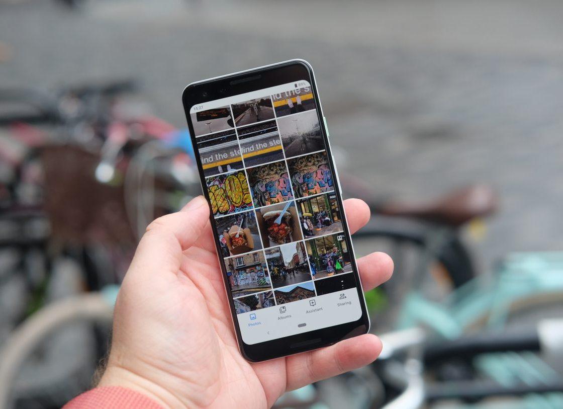 Смартфон Google Pixel 3 в руке
