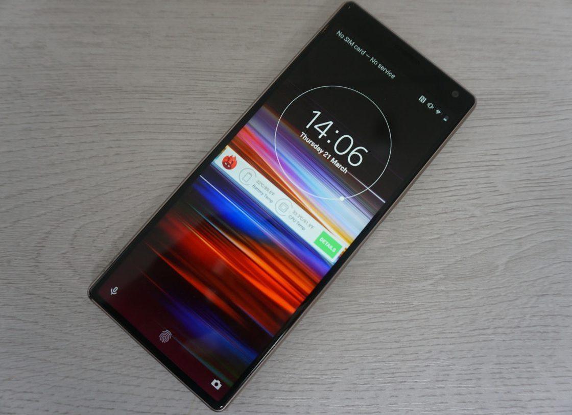 Мобильный телефон SONY Xperia 10 лежит на столе