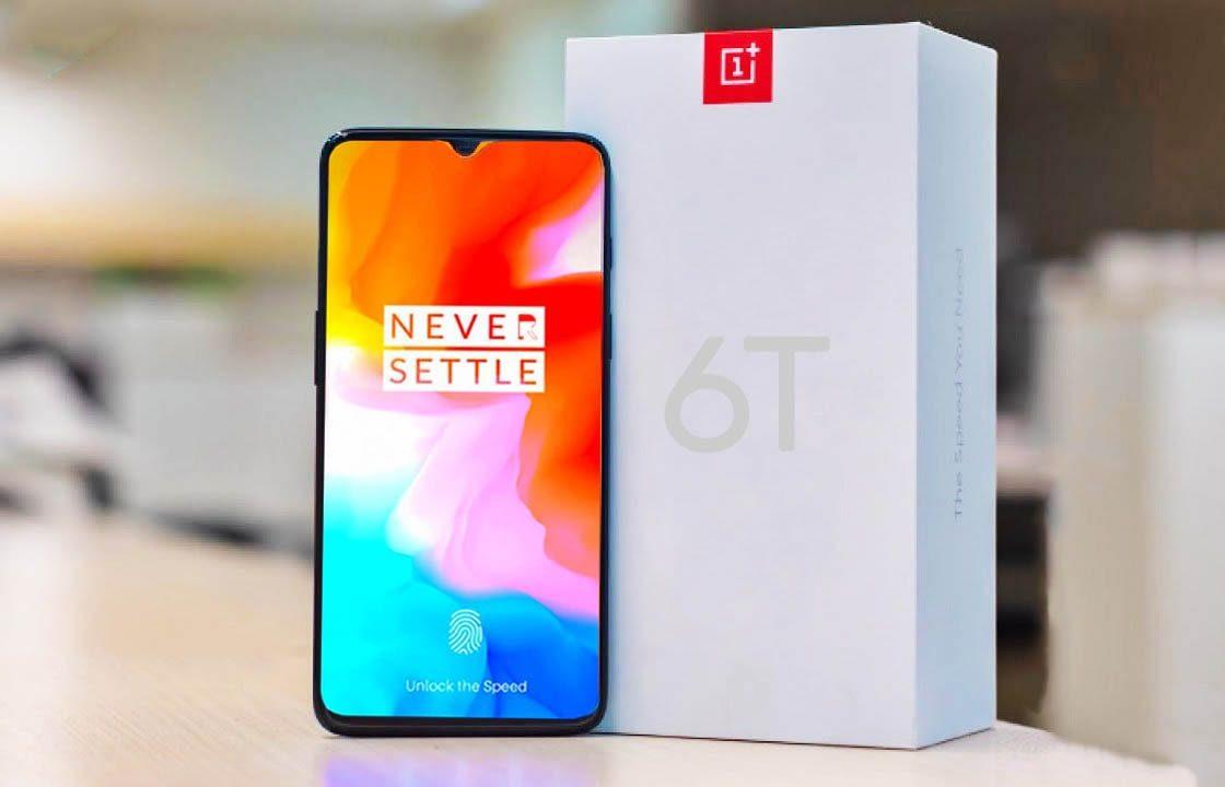 Телефон OnePlus 6T стоит на столе рядом с упаковочной коробкой