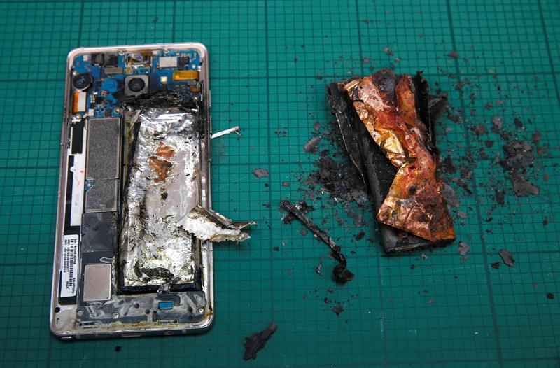 Опасно для жизни: какие телефоны нельзя брать на борт самолёта