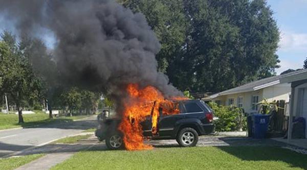 Горящий автомобиль после взрыва Samsung Galaxy Note 7