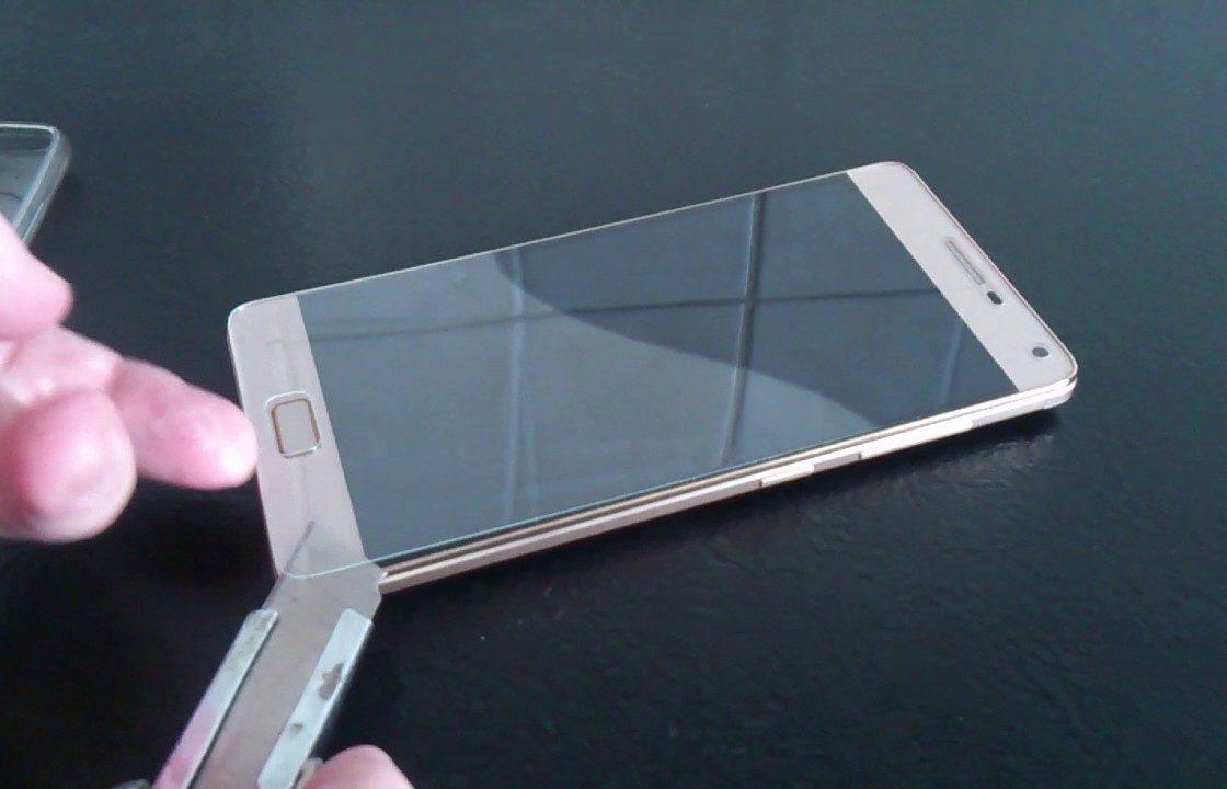 Защитное стекло на смартфоне