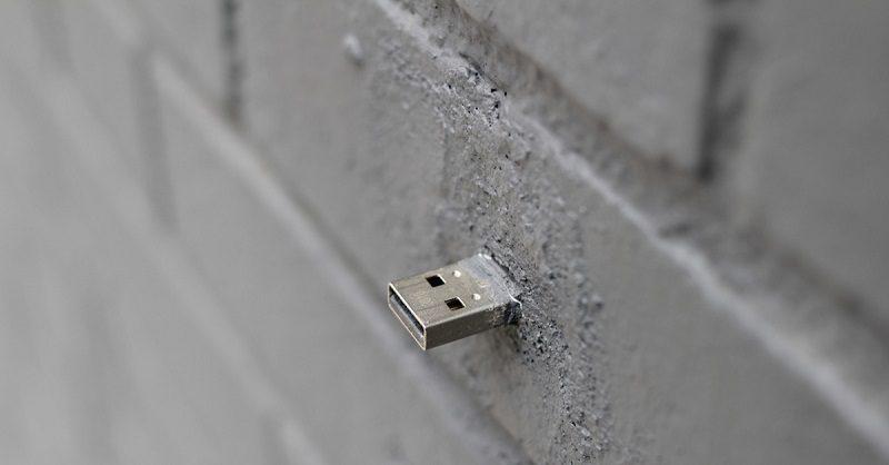 В разных странах можно найти стены с торчащими из них флешками: что они значат