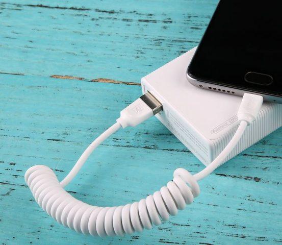 Длинный кабель от зарядки постоянно за все цеплялся и я укоротил его, сделав завитки